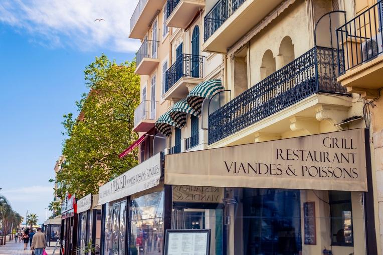 Restaurants along Cannes' harbour