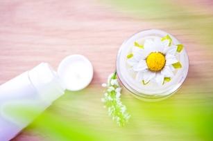 flower inside pot of organic moisturizer